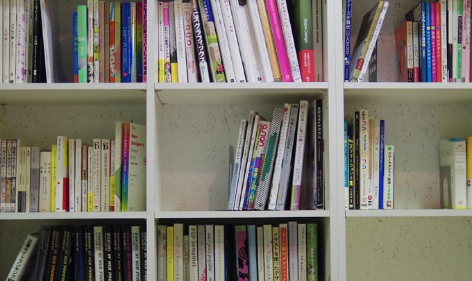 社内には紙関係のデザイン書も結構あります。見てるだけで楽しい