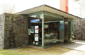 近代美術館のミュージアムショップ。小さいけど離れになっていて、とてもステキな佇まいです。